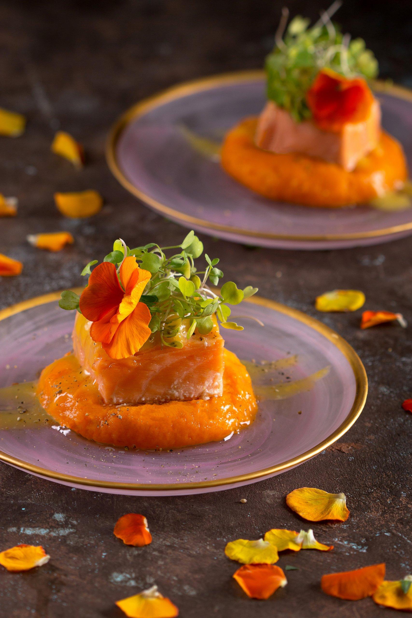 סלמון בבשמל תפוזים על מצע פירה בטטות