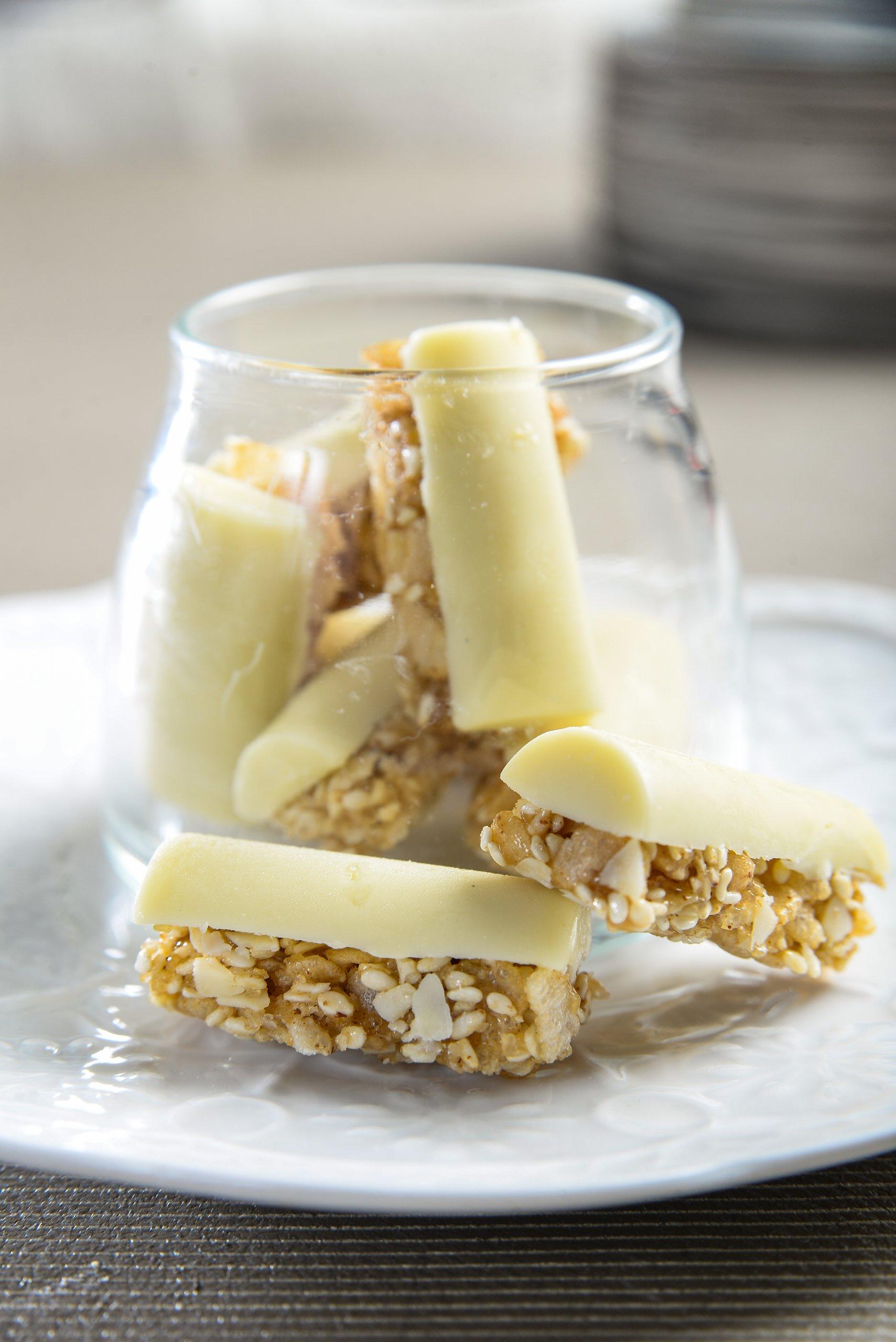 חטיף פצפוצי אורז טחינה גולמית שומשום ושוקולד לבן /השפית ליאורה כהן