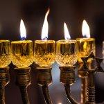 לברוח מה'לבד': להפוך את חנוכה מחג של קושי לחג של אור