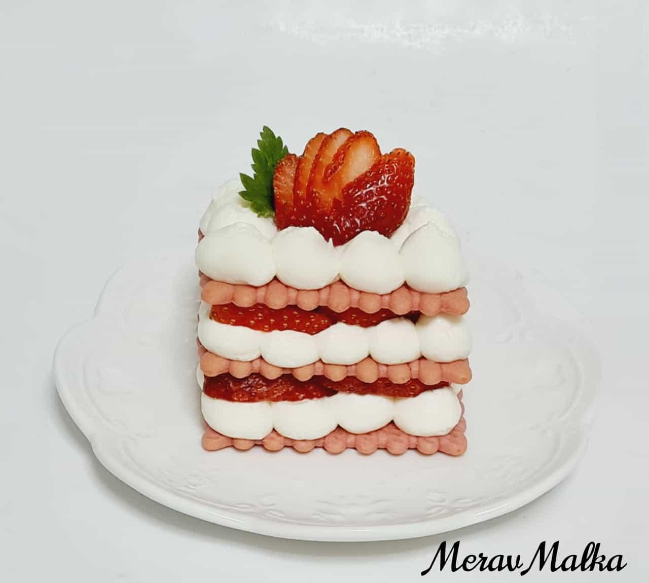 מרגישים 'שבועות' מעבר לפינה: עוגת גבינה ביסקוויטים עם תותים / מירב מלכה