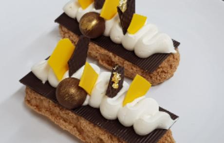 אקלר קראנץ במלוי קרמו קראמל בקישוט דסקיות שוקולד ושנטילי וניל