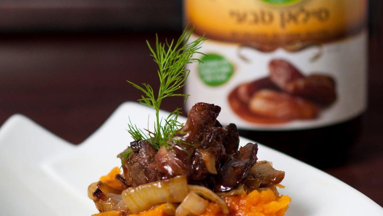 מנת שכבות פירה בטטות ותפוחי אדמה עם חתיכות סויה ברוטב סילאן
