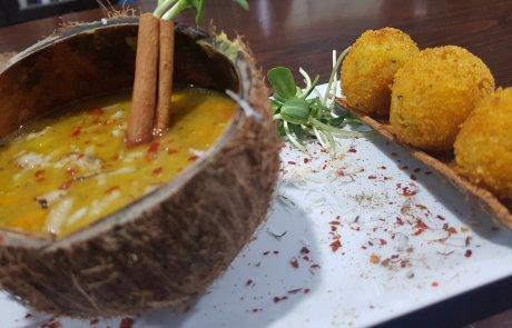 אוהבת לגוון? תבשיל עדשים בנגיעות קוקוס וקינמון בתוספת כדורי לארניצ'י