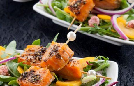 מתכון לסעודת פורים באדיבות הקמפוס הקולינרי: סלט עלי בייבי, משמשים וסלומון ברוטב וינגרט