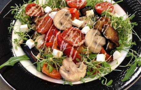סלט עלי בייבי ירקות צלויים וגבינות ברוטב טחינה וסילאן / ליאורה כהן