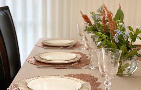 עם זריקה של צבע: עריכת שולחן שבת/ מזל פנחס