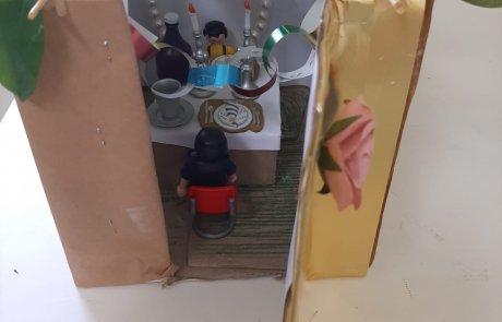 מחומרים נפסדים: ילדים בונים סוכה מיניאטורית/ לאה דהאן