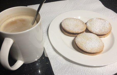 אלפאחורס- עוגיות רכות ממולאות בריבת חלב