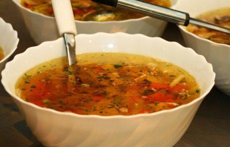 מרק ירקות צח ומהביל עם אטריות אורז רחבות