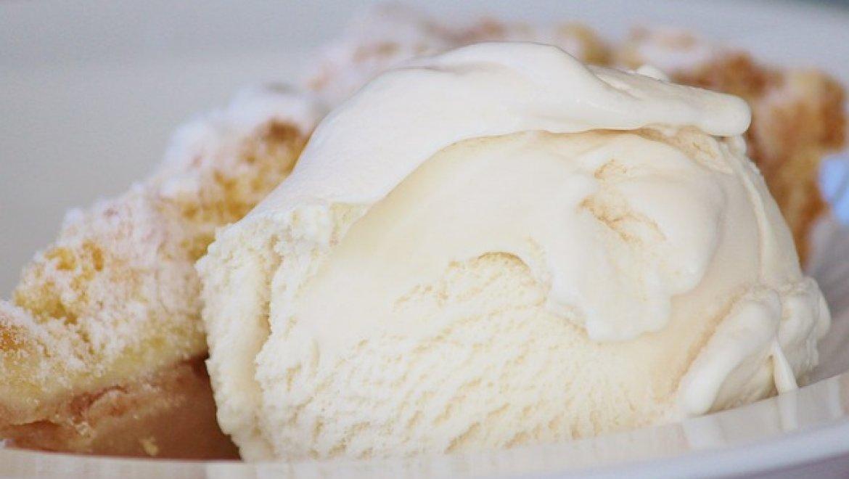 גלידת וניל כשרה לפסח בנגיעות תפוחים מקורמלים ואגוזים