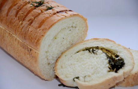 מנה מדהימה- לחם טרי ממולא בגבינות, זיתים בצל ירוק ושום