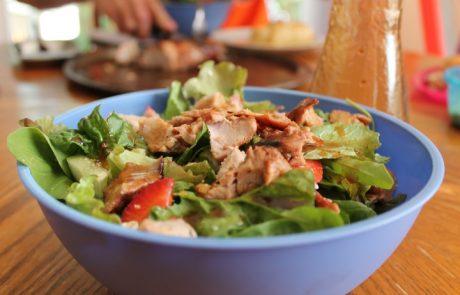 סלט בנוסח אסייתי עם ירקות בשלל צבעים וטעמים