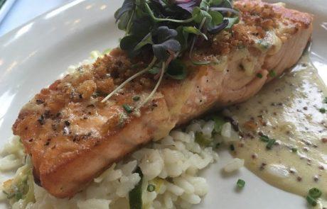 דג סלמון שלם בתנור, עם עשבי תיבול ריחניים וטעם פיקנטי.