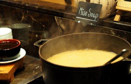 נמאס מהמרקים השגרתייים? קבלו מרק בצל שלא תשכחו…