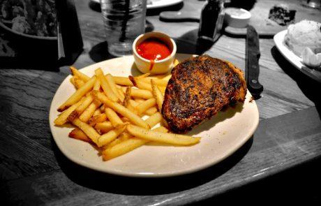ארוחת צהריים מושלמת: סטייק עוף עסיסי במחבת לצד צ'יפס וסלט